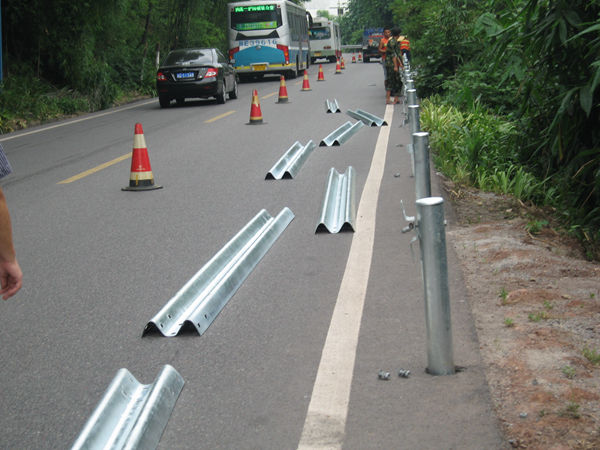 公路护栏安装施工现场